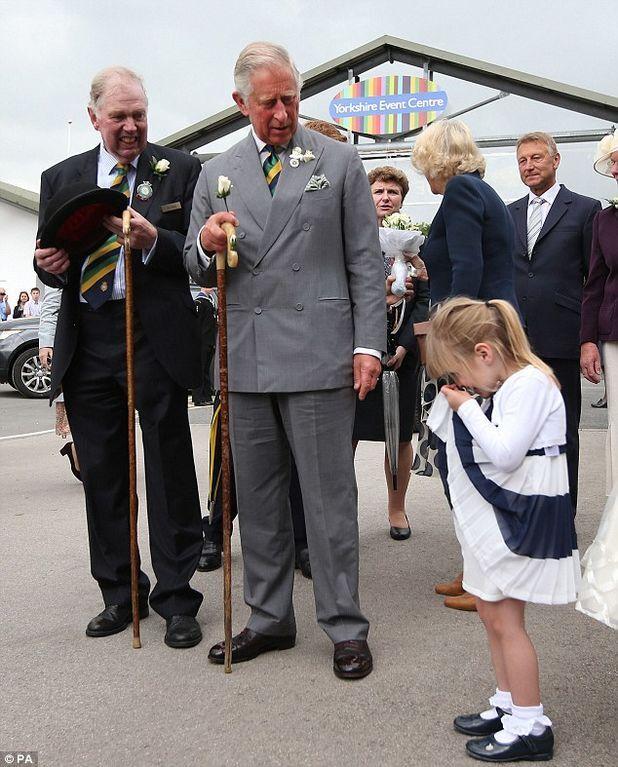 4-річна дівчинка зворушила принца Чарльза і Каміллу чарівним реверансом