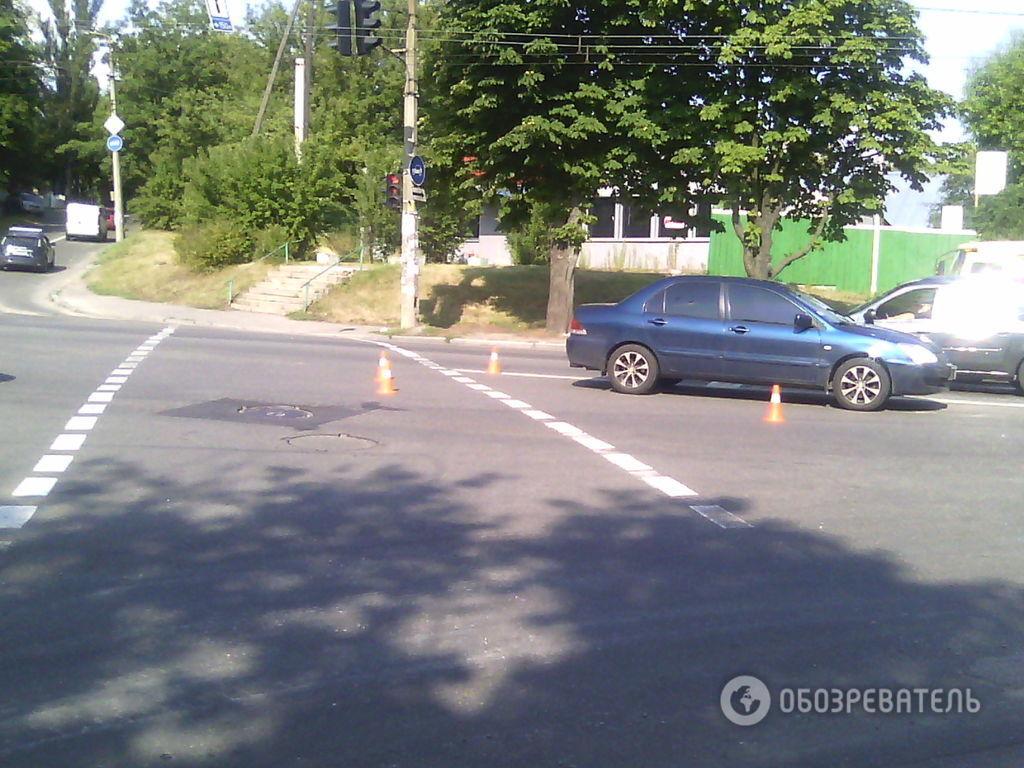 У Києві автомобіль збив підлітка на пішохідному переході: фотофакт