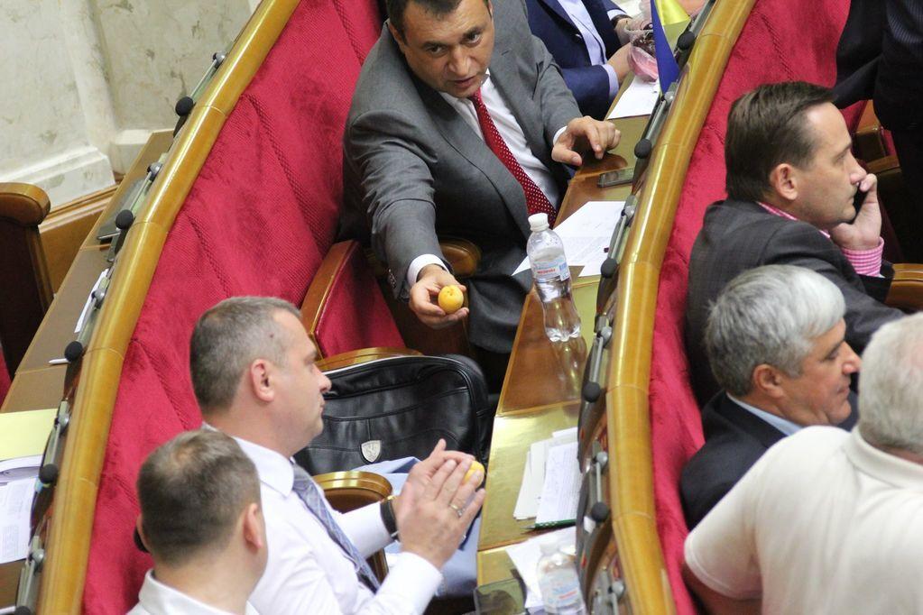 """""""Печеньки"""" и персики. Нардепы устроили пир прямо в зале заседаний"""