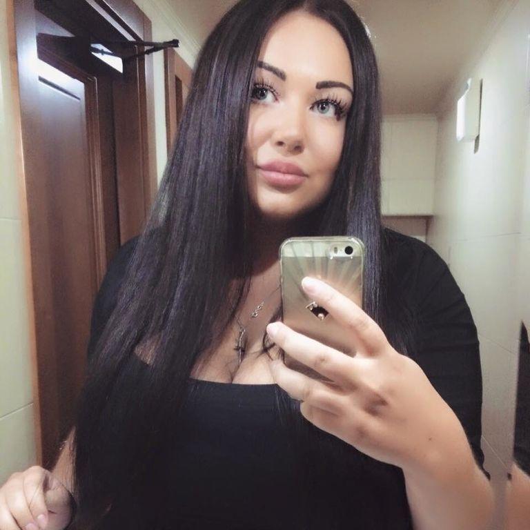 "Помічниця депутата вразила пишними формами: добірка фото ""радикалки"""
