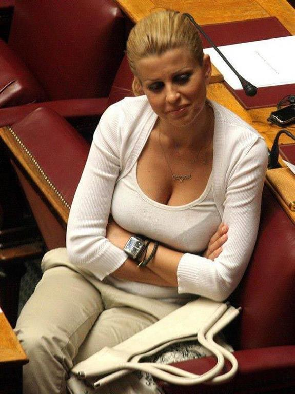 Найсексуальніша жінка-політик Греції підкорила мережу розкішною фігурою