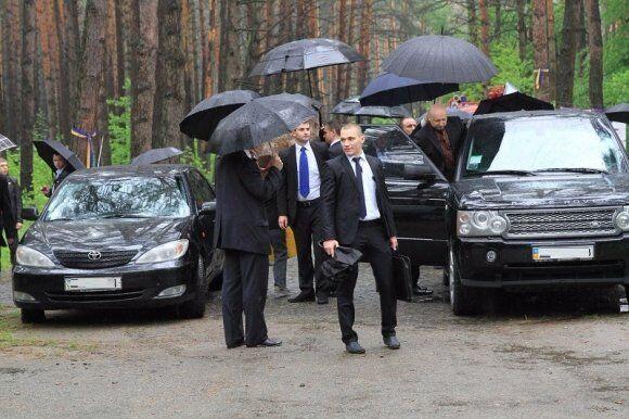 """Політики посилили свою безпеку: бронепапкі у охоронців Саакашвілі і секрет """"Мерседеса"""" Гонтаревої"""