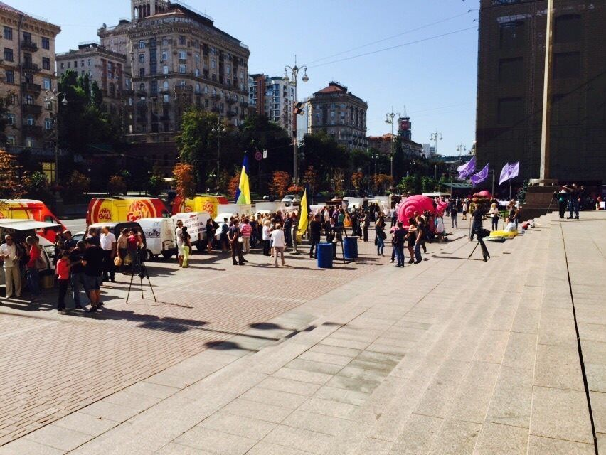 У центрі Києва зігнали на мітинг шаурма-мобілі