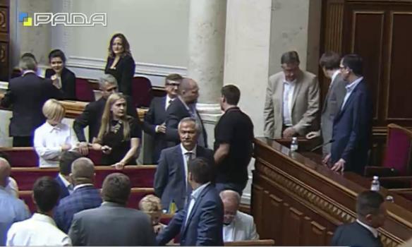 Після голосування по Конституції Парасюк влаштував бійку в Раді: опубліковані фото