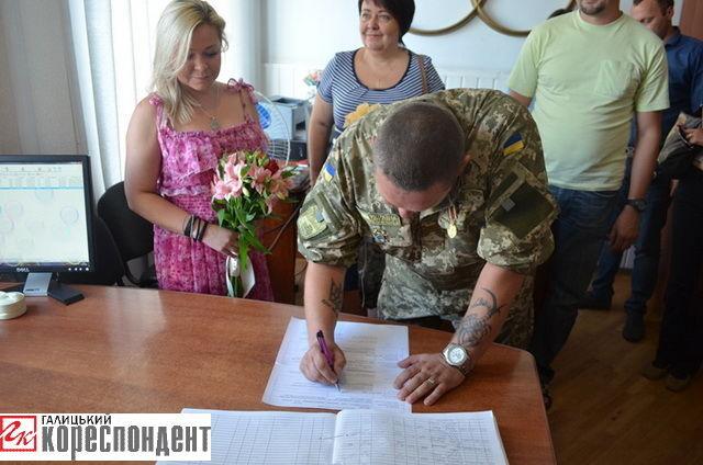 Боєць АТО зіграв весілля з волонтером: опубліковані фото і відео