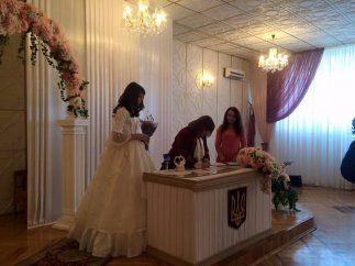 У київському РАГСі зіграли нетрадиційне весілля: фотофакт