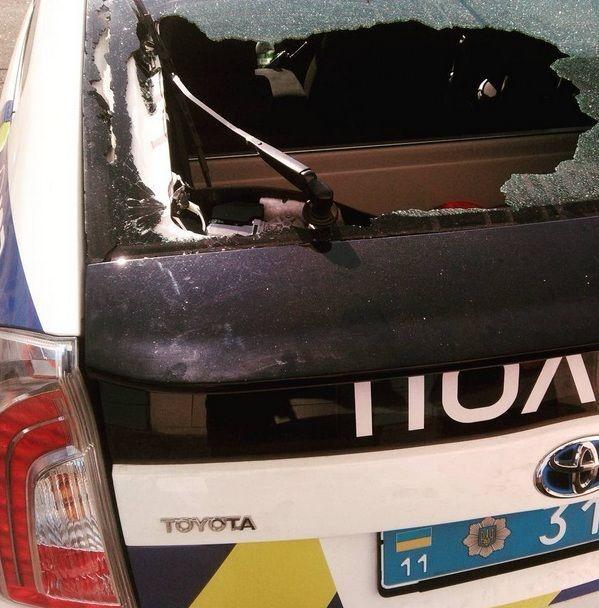 У Києві хулігани пошкодили автомобіль поліції: фотофакт