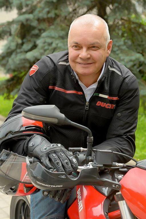 """""""Біжи, дядя Митя!"""" Кисельов на мотоциклі засвітився в Facebook"""