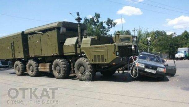 На виїзді з Одеси військове авто влетіло в легковик: фото ДТП
