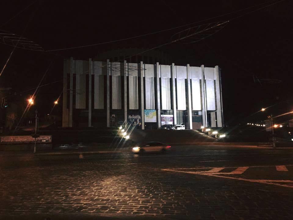 """С """"Украинского дома"""" в Киеве исчезла гигантская реклама: фотофакт"""