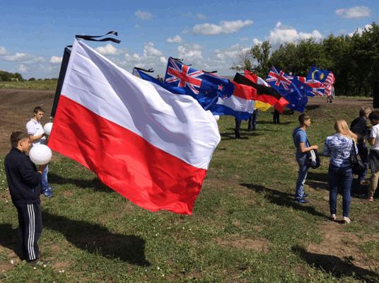 """Новий конфуз. Терористи """"ДНР"""" переплутали прапори Польщі та Індонезії: фотофакт"""