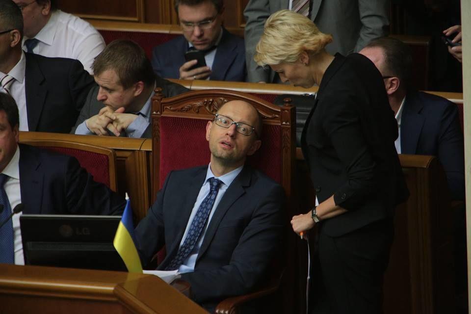 """Яценюка в Раде застали """"спящим"""" с открытыми глазами"""