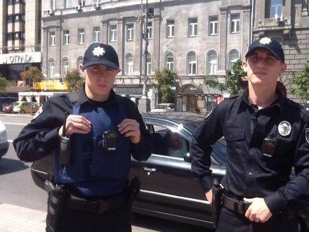 На київських поліцейських одягнули бронежилети: фотофакт