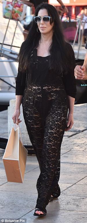 69-летняя Шер шокировала прохожих прозрачными кружевными брюками