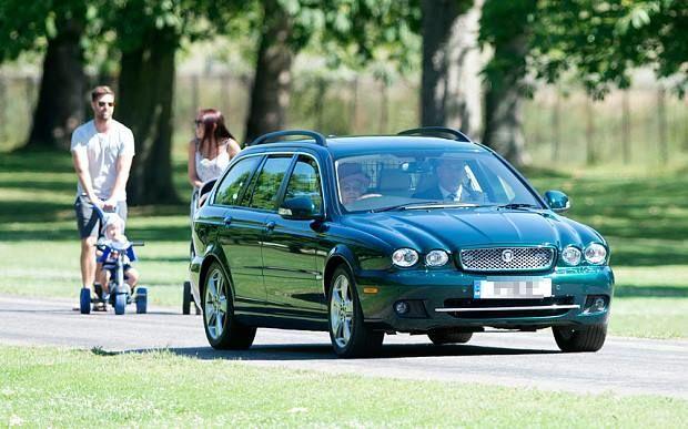 В Англії сімейна пара не пропустила автомобіль королеви Єлизавети II