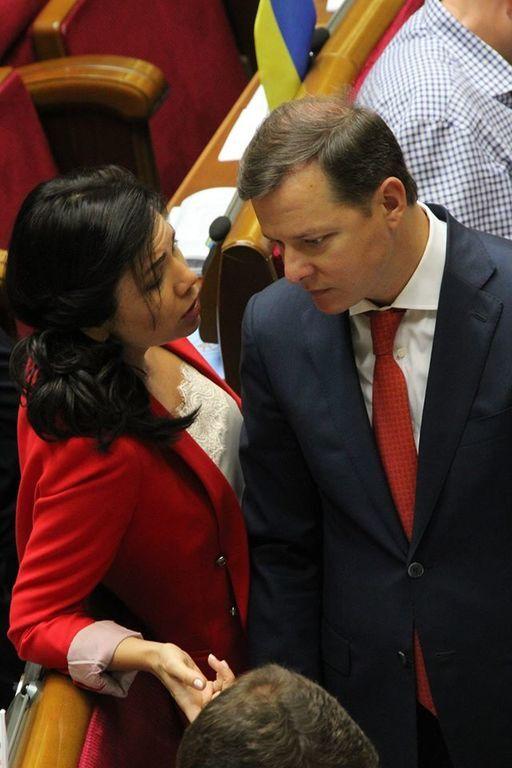 """Сюмар у червоному вбранні """"спокусила"""" Ляшка: фотофакт"""