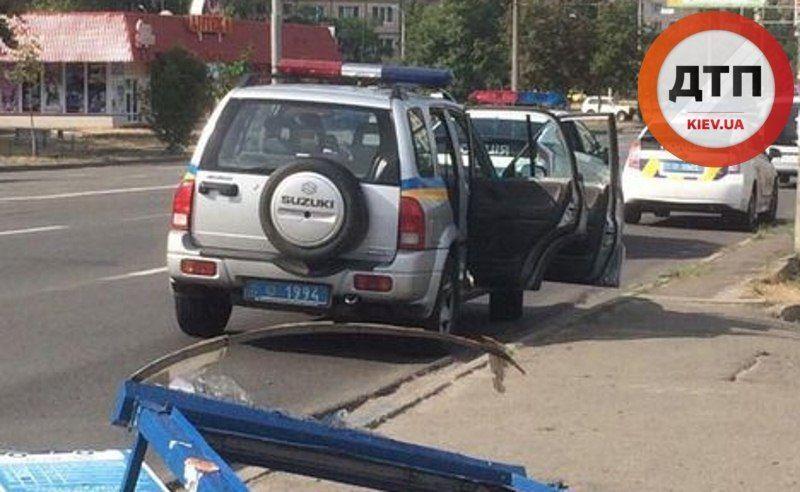 У Києві водій на іномарці зніс зупинку