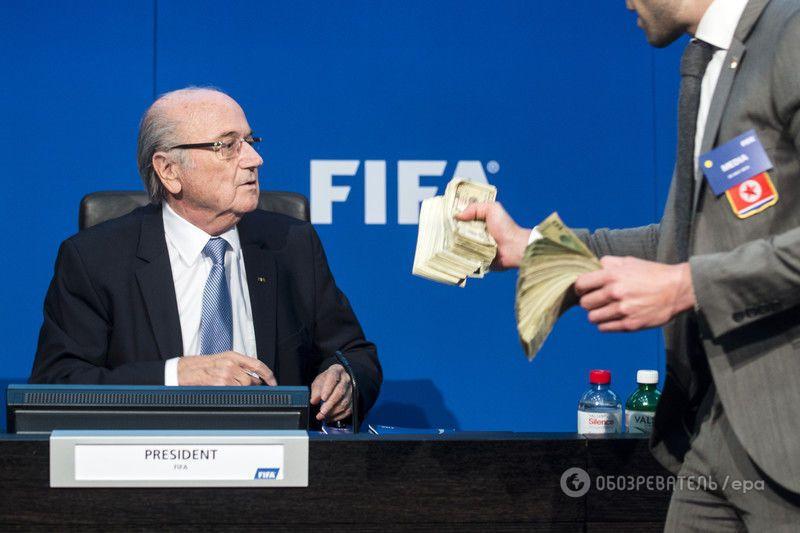 Президента ФІФА Блаттера засипали пачками доларів: фото і відео