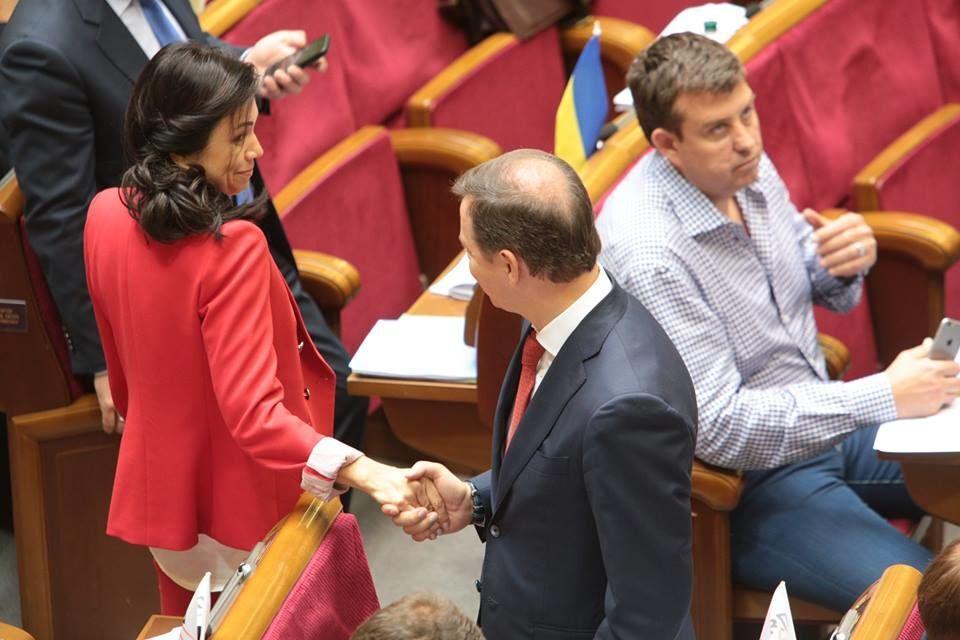 """Сюмар в красном наряде """"соблазнила"""" Ляшко"""