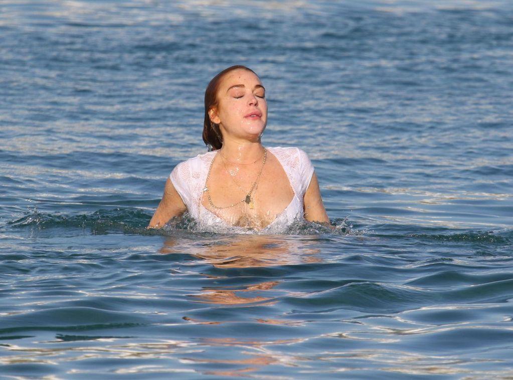 Линдсей Лохан бюстом распугала отдыхающих на пляже в Греции
