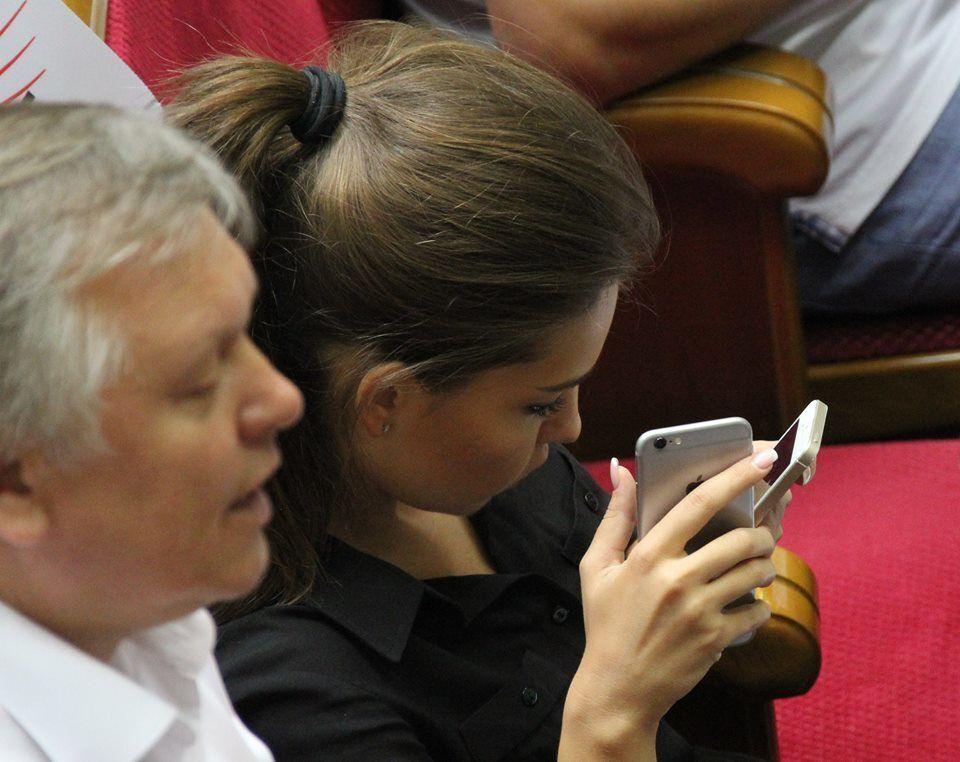 Гламурная депутат Кошелева скучала в Раде, глядя сразу в два айфона