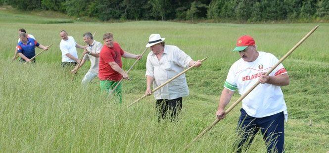 Лукашенко устроил Депардье урок ручной косьбы