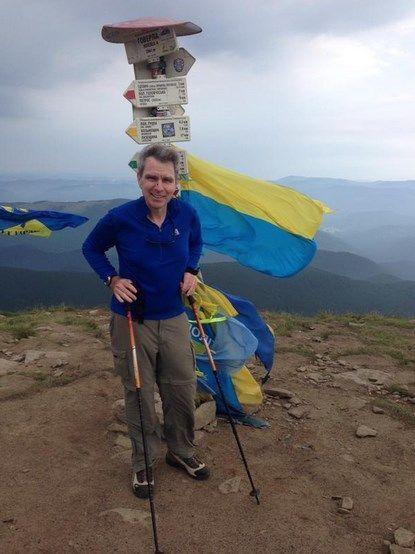 Посол США позував із перевернутим прапором України: фотофакт