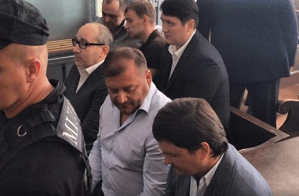 Скандальный суд: в Полтаве чучело Кернеса посадили в клетку
