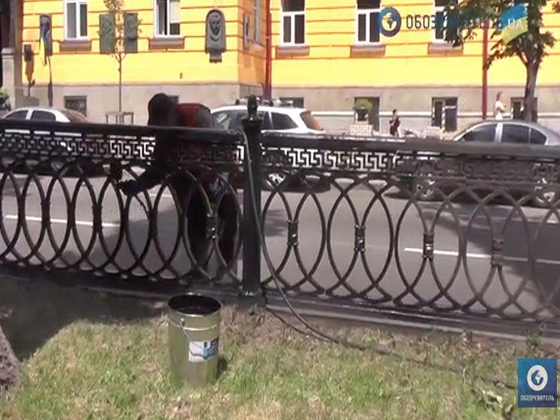 Робочі пояснили, чому перефарбовують жовто-сині паркани в Києві в чорний колір