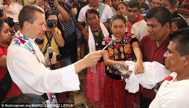 У Мексиці мер міста взяв заміж крокодила. Фото- і відеофакт