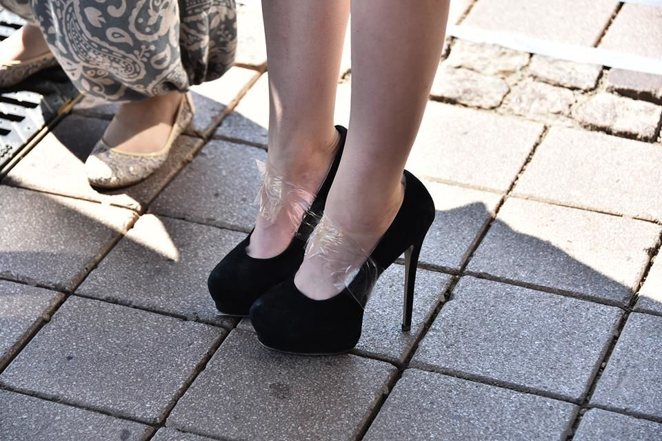 В Астані, на запуску автобуса з Wi-FI, дівчину скотчем прив'язали до туфель