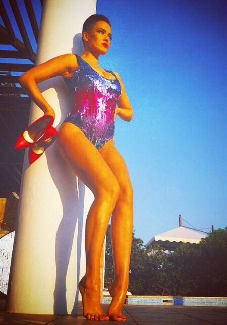 Девушки из Nikita показали упругие попки на пляже острова Крит
