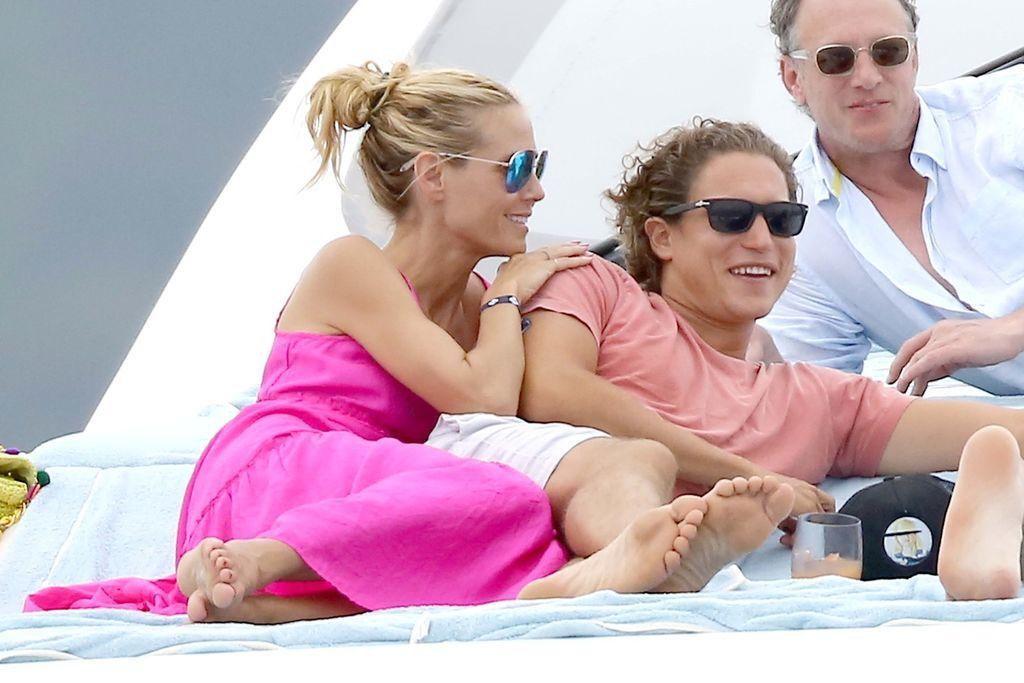 42-летняя Хайди Клум устроила секс-игры на пляже с молодым любовником