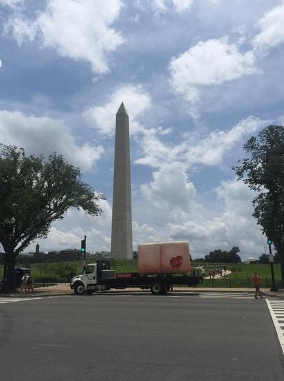 "В США юморист возил по стране на грузовике гигантскую ""задницу"""