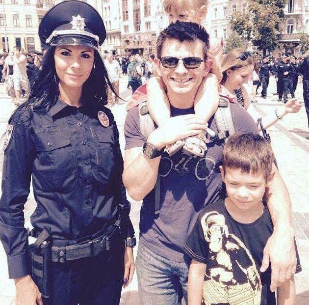 Ти ж не монашка: українці просять копа-красуню не йти з поліції