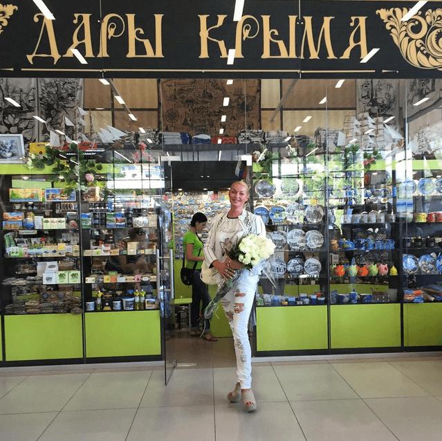 Волочкова в подранных джинсах обзавелась дарами Крыма