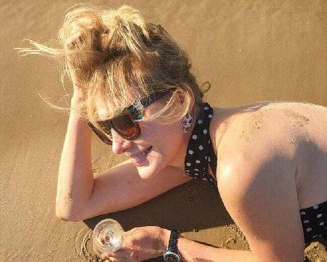 Земфира и Рената Литвинова засветили фигуры на пляже в Юрмале