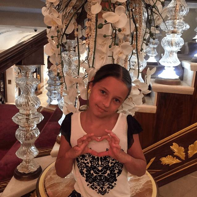 Волочкова отправилась к брошенной дочери в Турцию на тигре