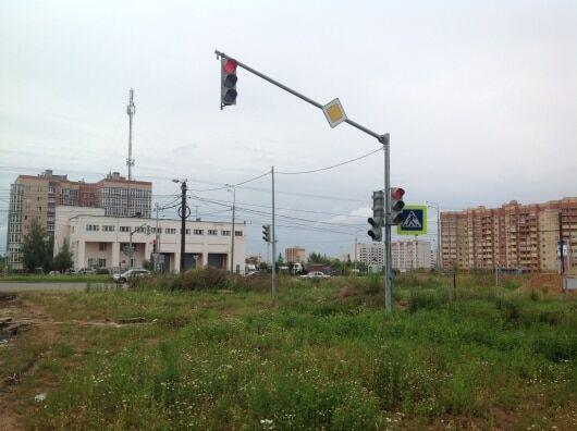 В российском городе установили светофор за 2 млн рублей на пустыре