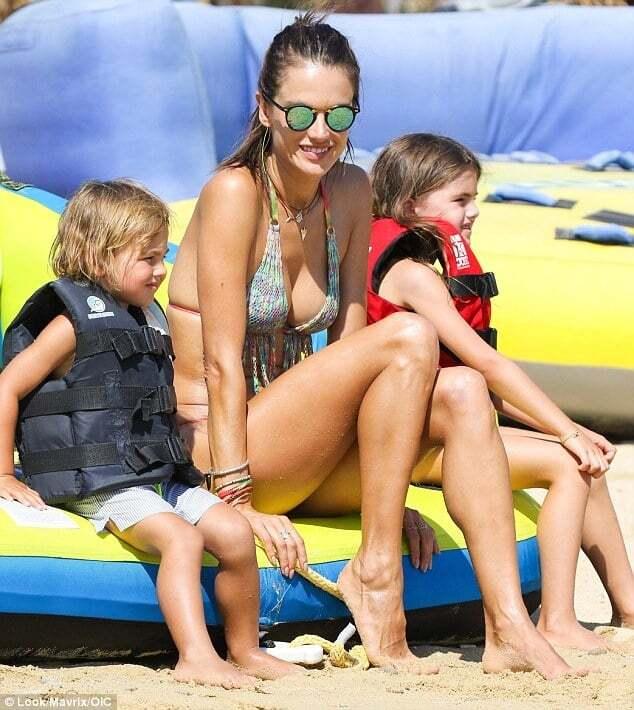 Супермодель Алессандра Амбросио показала шикарную фигуру в бикини на отдыхе с детьми
