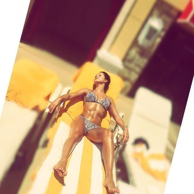 Красотка Нюша показала жаркое фото в бикини и индийские танцы