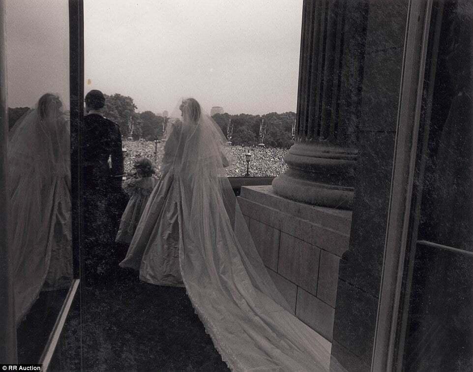 Опубликованы ранее неизвестные фото со свадьбы принца Чарльза и Дианы