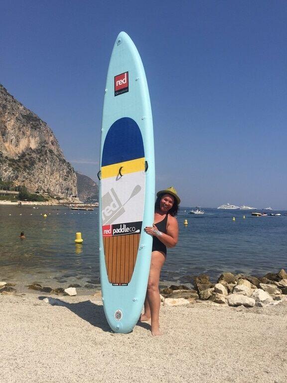 65-летняя Бабкина прокатилась на доске для серфинга с молодым любовником