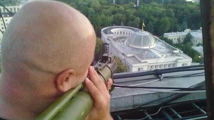 Мережу розбурхало фото чоловіка з гранатометом, який націлився на Раду