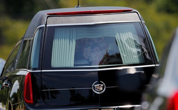Дочь Уитни Хьюстон похоронили под музыку матери: опубликованы фото