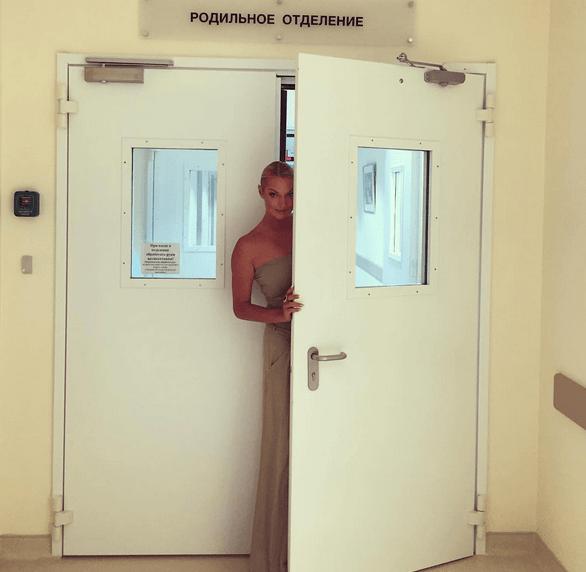 """С корабля на бал: Волочкова """"засветила"""" фото в бассейне """"после роддома"""""""