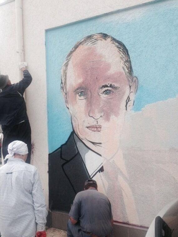 В Симферополе портрет Путина облили едкой краской: фотофакт