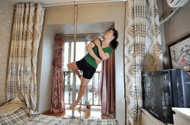 70-летняя китаянка взорвала сеть ловкими трюками на пилоне