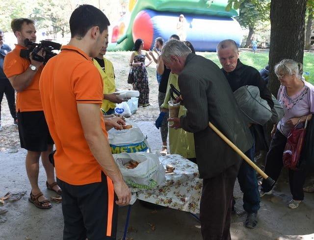 "Футболист ""Шахтера"" накормил бездомных во Львове"