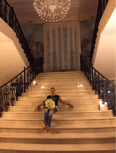 Вернувшись домой с курорта, Волочкова рухнула на лестницу с розами